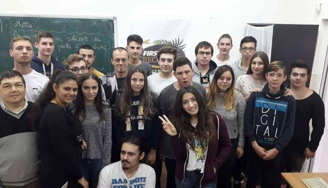 """Foto: Elevii Liceului """"Ion Bănescu"""", în elita roboticii"""