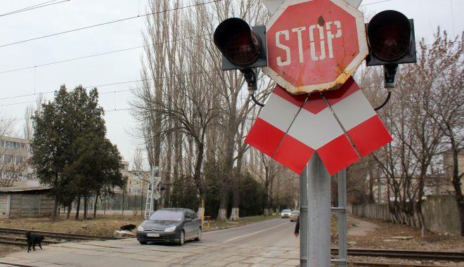 Foto: Permise auto reținute la trecerile la nivel cu calea ferată