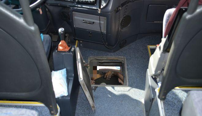 Foto: Trei cetățeni străini ascunși sub un autocar care venea din Bulgaria