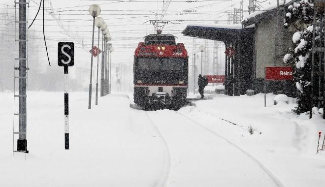 INCREDIBIL: Trenul de Constanța care a deraiat s-a izbit de un bloc de gheață de 3 metri - trenzapada-1327573965.jpg