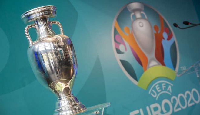 Foto: Trofeul Henri Delaunay, care va fi decernat câștigătoarei EURO 2020, va fi expus vineri la București