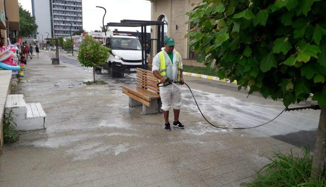 Trotuarele, aleile și băncile de odihnă, dezinfectate zilnic, la Constanța - trotuareledezinfectie-1596097733.jpg