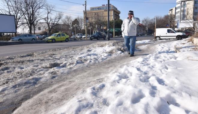 """Foto: Trotuare """"poleite"""" cu gheață. Cât de periculos este să mergi pe jos, prin Constanța"""