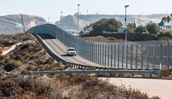 Foto: Trump vrea să construiască un zid de 435 km la frontiera cu Mexicul