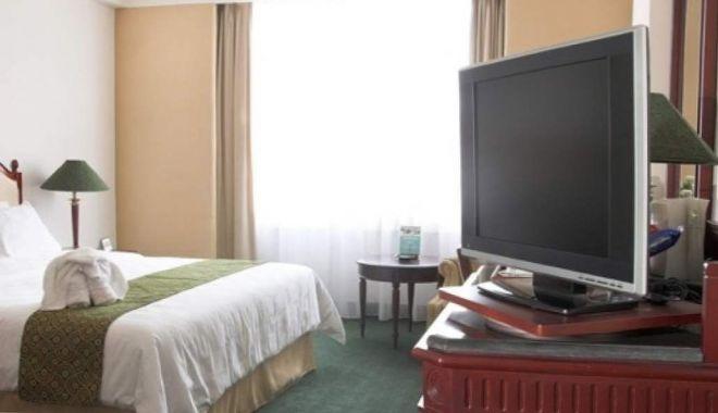 Un vasluian a dus televizorul din camera de hotel la amanet - tv-1613812983.jpg