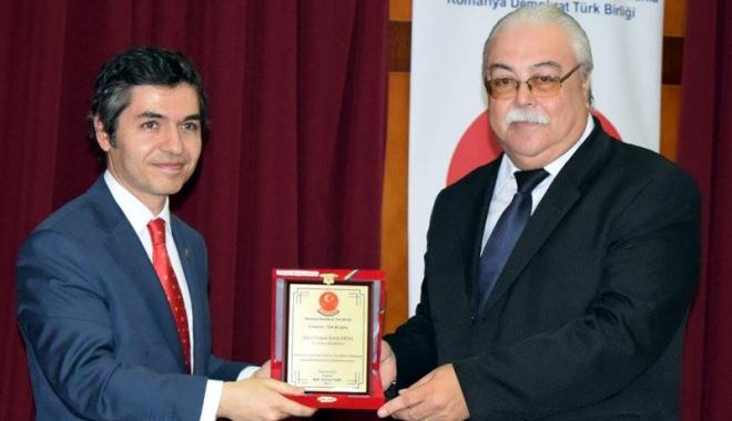 Foto: UDTR, plachetă oferită ambasadorului Turciei în România, Osman Koray Ertaș
