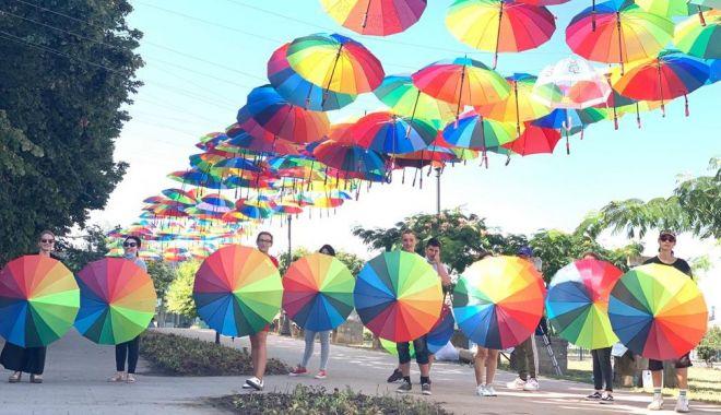 Foto: Umbrele multicolore, în Piața Ovidiu din Constanța