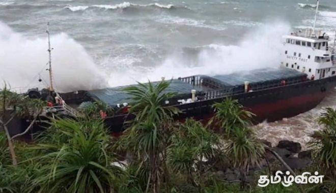 Foto: Un cargou surprins de furtună a eșuat