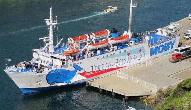 Foto: Incident naval! Un ferry-boat italian a lovit o stâncă subacvatică