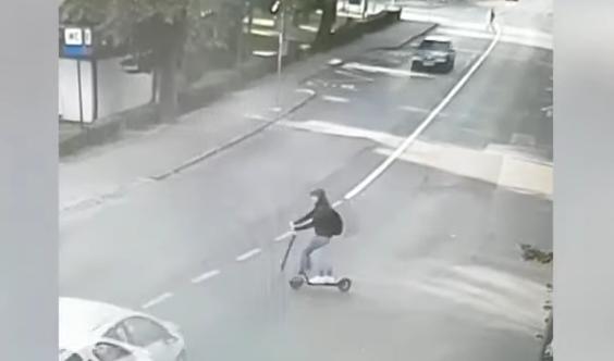 Accident cu trotineta electrică, după ce o tânără a intrat în intersecție, fără să se asigure - untitled-1568800154.jpg