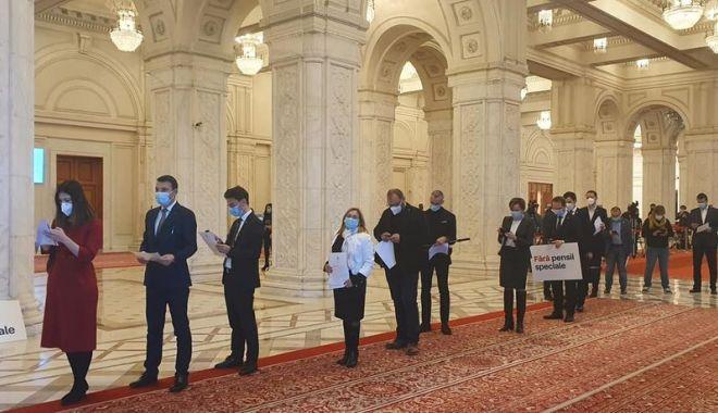 Senatorii şi deputaţii USR au demisionat din Parlamentul României. Ce spune Stelian Ion - usrdemisii-1606244947.jpg