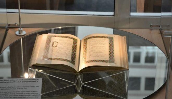 """Foto: """"Vechituri în haine noi"""", expoziție la Biblioteca Județeană"""