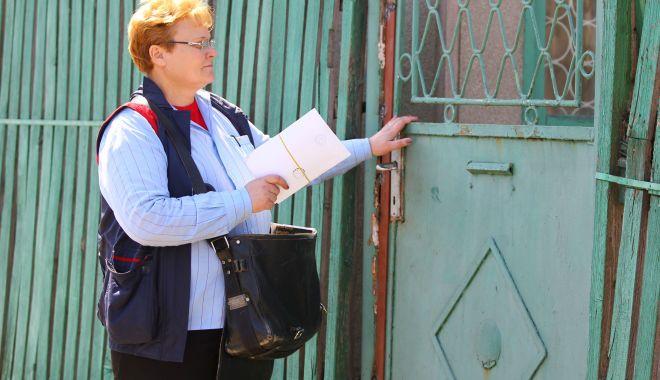 Foto: Vin pensiile. Poșta Română a început livrarea acestora