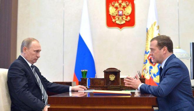 """Foto: Vladimir Putin, """"cadou special"""" pentru Dmitri Medvedev"""
