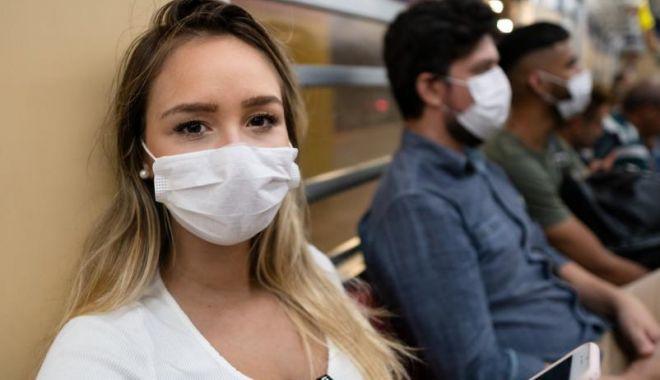 Americanii complet vaccinaţi se pot întâlni fără măşti - wearingmasksonatrain2-1615232746.jpg