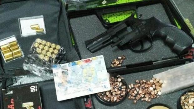 Foto: Arsenal descoperit în locuința unui bărbat de 65 de ani: patru arme letale și 1600 de gloanțe