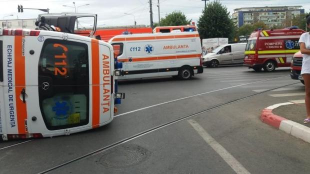 O ambulanță care transporta un pacient s-a răsturnat, după ce a fost lovită de un autoturism - whatsappimage20190918at121412007-1568803567.jpg