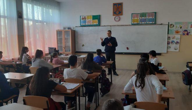 Elevii din Constanța, față în față cu jandarmii. Ce sfaturi au primit - whatsappimage20191112at1502151-1573631796.jpg