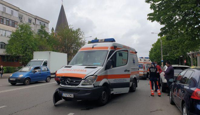 GALERIE FOTO / ACCIDENT RUTIER între o AMBULANȚĂ și un TAXI, în cartierul TOMIS III - whatsappimage20210513at005417-1620896166.jpg