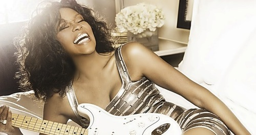 În fața bisericii baptiste din orașul natal al artistei, fanii lui Whitney Houston plâng dispariția unei legende - whitneyhoustonsparkle-1329484907.jpg