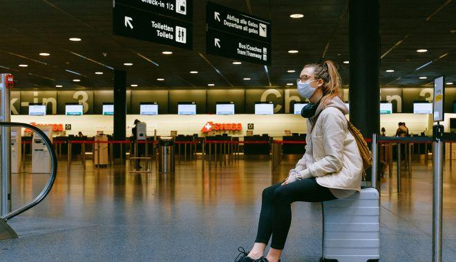 Aeroporturile nu trebuie să ceară călătorilor adeverințe de vaccinare împotriva Covid-19 - womansittingonluggagemaskpexels-1614783226.jpg