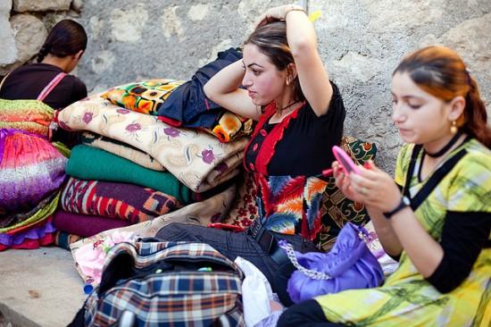 Foto: Tinere luate sclave sexuale de Statul Islamic, împinse la sinucidere
