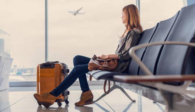 Europa dorește să-și deschidă frontierele pentru turism până la începerea verii - youngwomanatairportwaitingforboa-1589818623.jpg