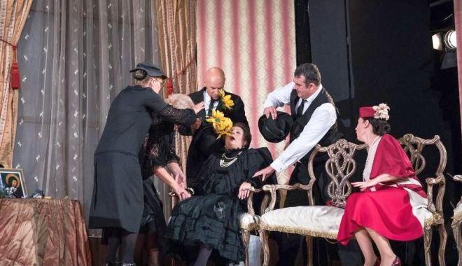 """Foto: """"Zeul Măcelului"""" și """"Gaițele"""", pe scena Teatrului de Vară Soveja"""