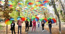Toamnă colorată în Parcul Tăbăcărie! Umbrele multicolore pe o alee din parc