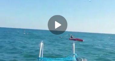 ALERTĂ pe mare. Persoană salvată din apă, după ce s-a răsturnat cu catamaranul