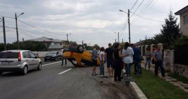 Galerie foto. Accident rutier spectaculos! S-a răsturnat cu mașina în localitatea 23 august. DOUĂ VICTIME