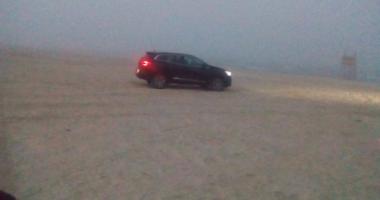 Șoferi de week-end! Riscă 20.000 lei amendă, după ce a intrat cu mașina pe plajă. VIDEO