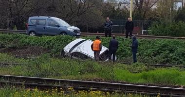 GALERIE FOTO / Accident în zona Doraly Mall. Un șofer a ajuns de pe șosea pe liniile de cale ferată