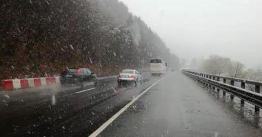 Trafic restricţionat pe Valea Oltului după ce un TIR a derapat