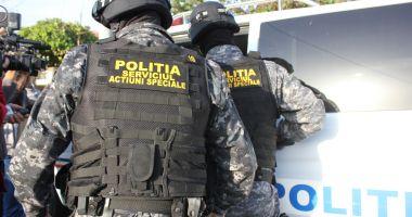 PERCHEZIȚII la o grupare de DEALERI DE DROGURI! Mai multe persoane au fost arestate