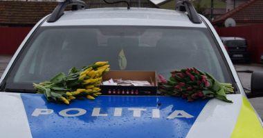Mărțișoare, flori și recomandări, oferite de polițiști