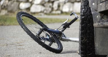 ACCIDENT MORTAL. Biciclist lovit de un șofer fără permis!