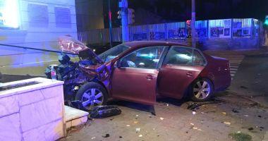 Accident rutier la Fantasio. Un autoturism a intrat în clădirea teatrului