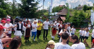 Olimpism / Maricica Puică şi Mihai Covaliu, în hora copiilor, de Ziua Olimpică, la Șirnea