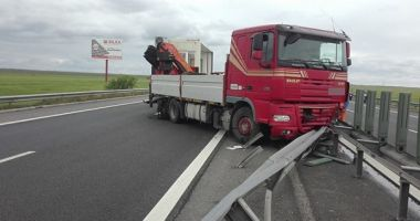 TRAFIC BLOCAT pe AUTOSTRADA SOARELUI. Un camion a derapat și a provocat un accident!
