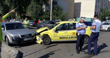 GALERIE FOTO / Accident rutier la intersecția străzilor București și Oborului. Trei autoturisme implicate