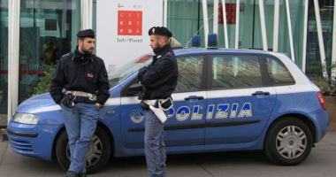Un român, fiul său și iubita acestuia, încătușați în Italia! Ce acuzații li se aduc