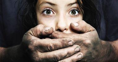 ȘOCANT! Un tată este acuzat că și-a abuzat fiicele de 800 de ori în 6 ani