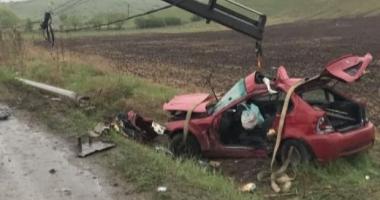 ACCIDENT RUTIER MORTAL. Un tânăr și-a pierdut viața, după ce a intrat cu mașina într-un stâlp de iluminat