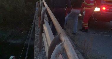 Autoutilitară căzută într-un canal; șoferul a stat izolat pe capotă aproape 10 ore