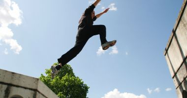 Un tânăr care făcea parkour a căzut în gol de pe terasa unui hotel