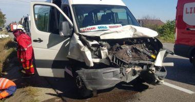 Șase victime, după ce un microbuz Botoșani – Mangalia s-a lovit frontal cu o mașină