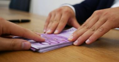 Directoare de școală din Ialomița, acuzată că a furat banii de burse ai elevilor