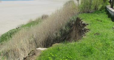 GALERIE FOTO / CAD FALEZELE DIN EFORIE NORD ȘI EFORIE SUD. Ploile au destabilizat malurile