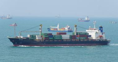 Cinci marinari au dispărut în urma coliziunii unui portcontainer cu un remorcher